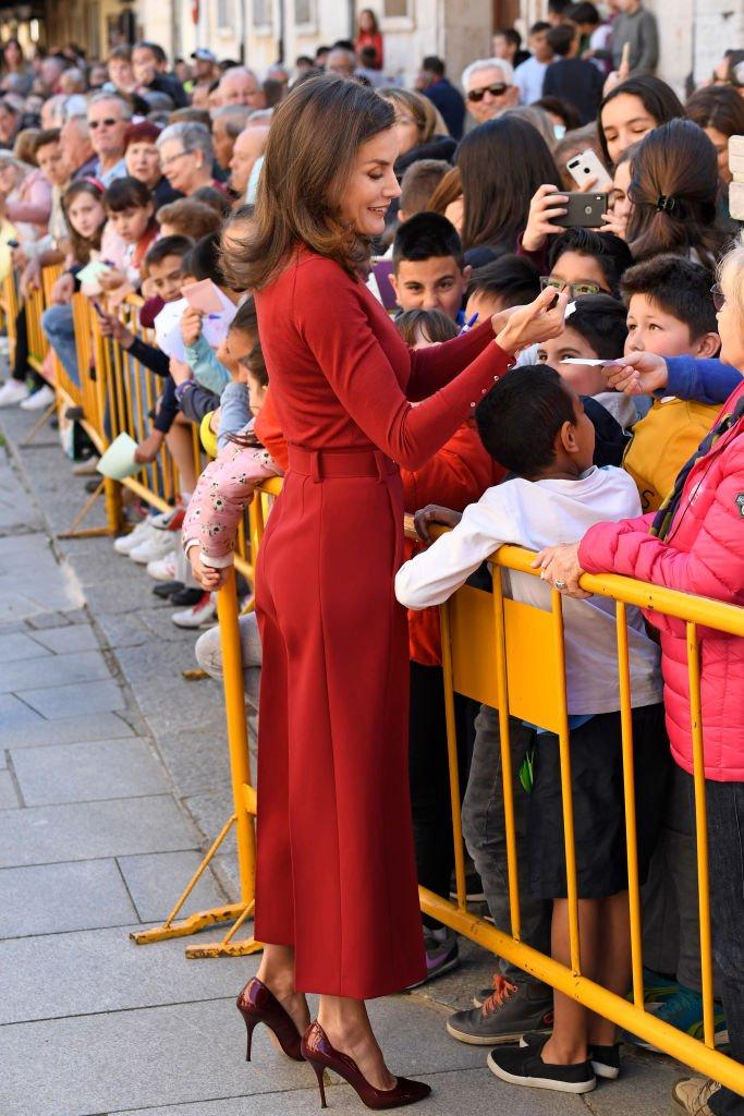 La reina Letizia de España saludando al público en la clausura del Seminario de Periodistas 'Como los medios de comunicación pueden ayudar a repoblar la España rural', el 12 de junio de 2019 en Burgo de Osma, España.   Imagen: Getty Images