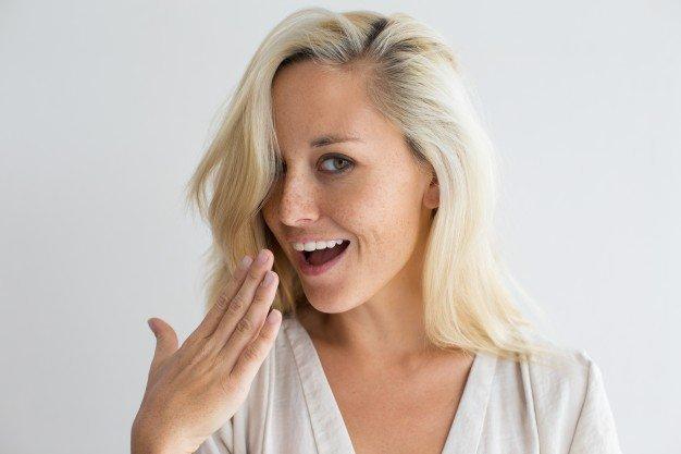 Une femme blonde qui rit. l Source: Shutterstock