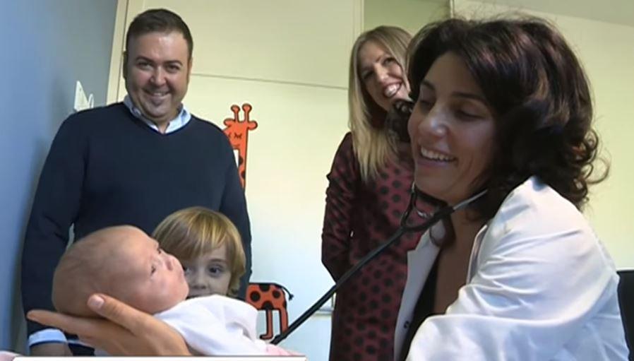 Médicos y familiares ven a la bebé. Fuente: Aragon Noticias / YouTube