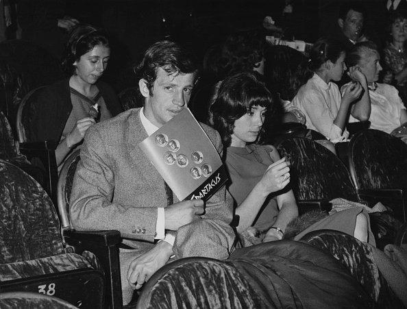 Jean-Paul Belmondo et son épouse Élodie lors de la première du film'Spartacus' au Théâtre Gaumont à Paris, le 15 septembre 1961 | Photo : Getty Images