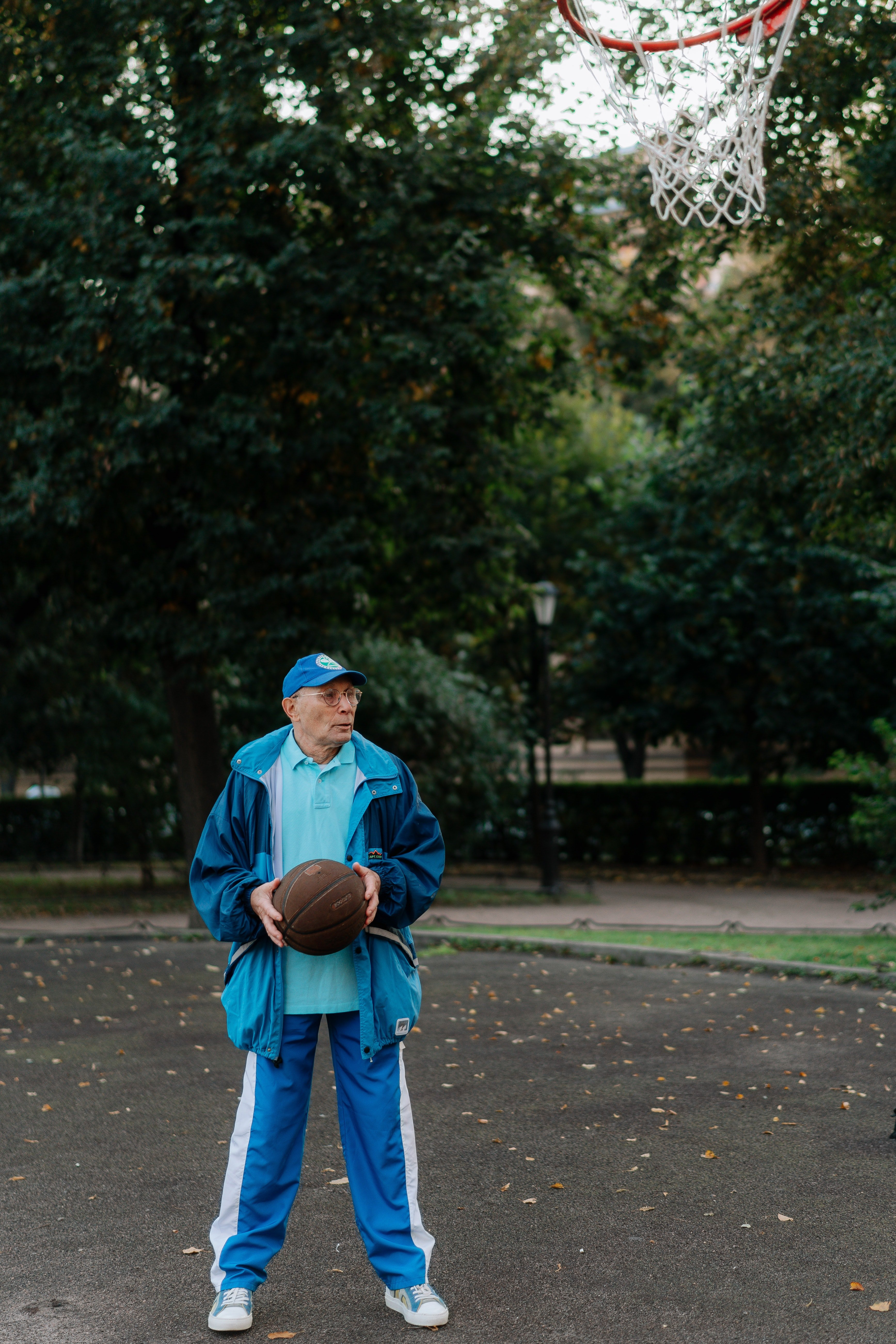 An old man holding a ball | Photo: Pexels