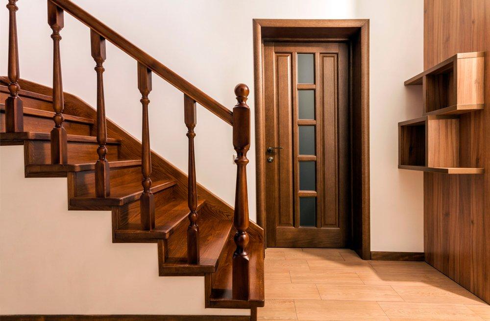 Escaliers et portes modernes en bois de chêne brun dans un intérieur de maison rénové | Photo : Shutterstock