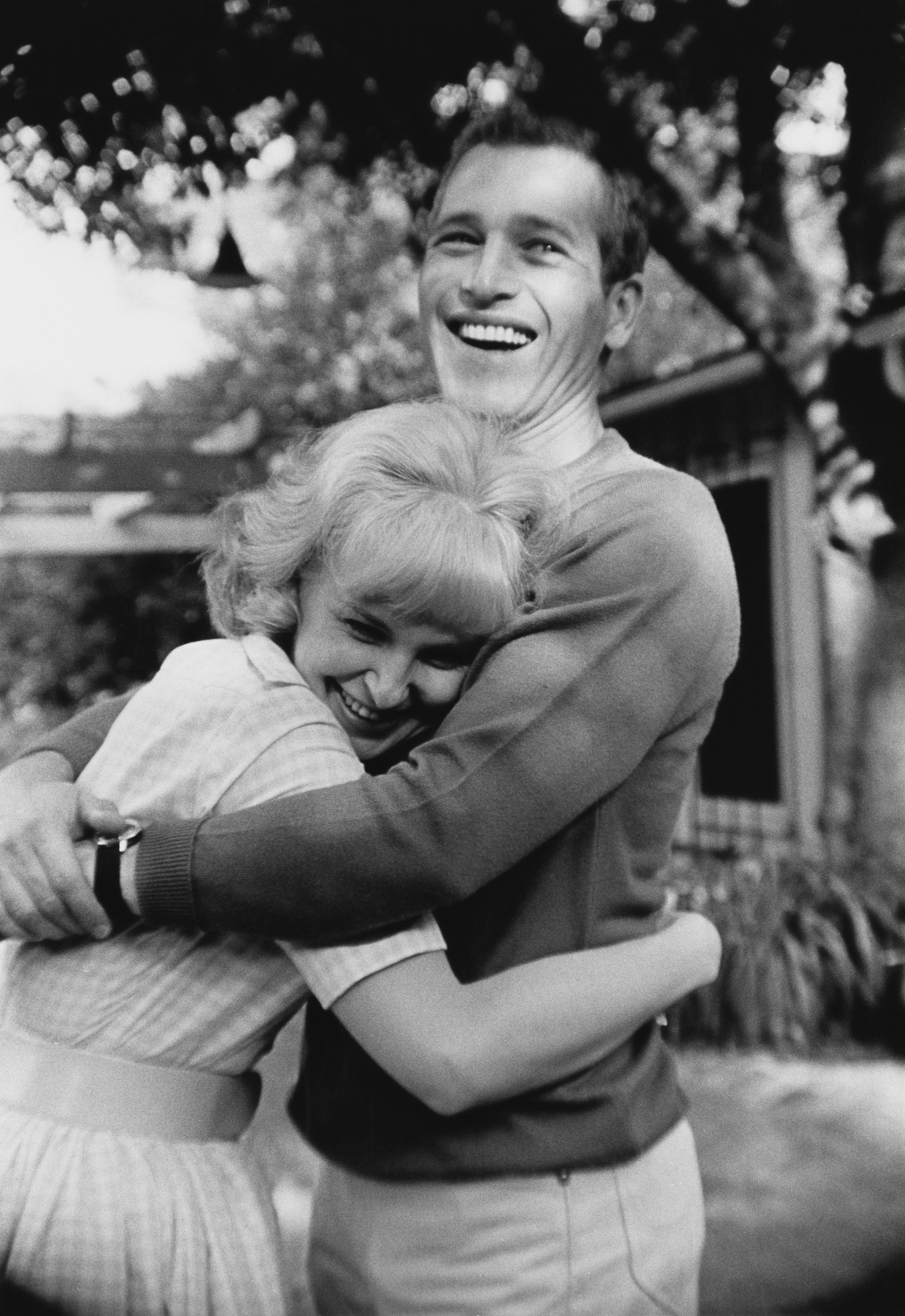 Paul Newman hugging his wife Joanne Woodward, circa 1963 | Photo: Getty Images