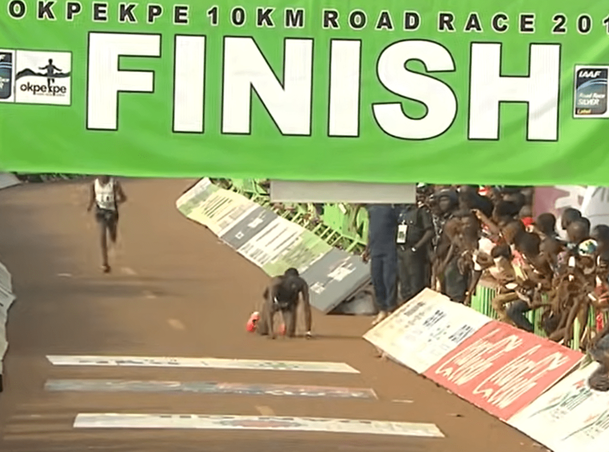 Kenyan athlete Kenneth Kipkemoi attempting to crawl to the finish line of the Okpekpe Road Race after he collapsed. │Source: youtube.com/okpekpe Road Race