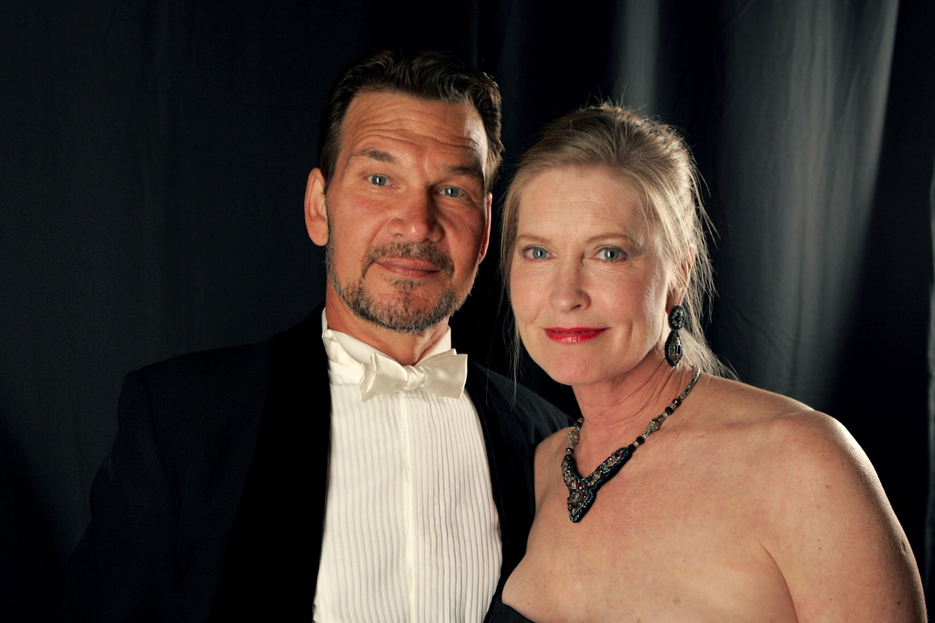 Patrick Swayze  and wife Lisa Niemi pose backstage during the 9th annual Costume Designers Guild Awards held at the Beverly Wilshire Hotel on February 17, 2007 | Photo: GettyImages