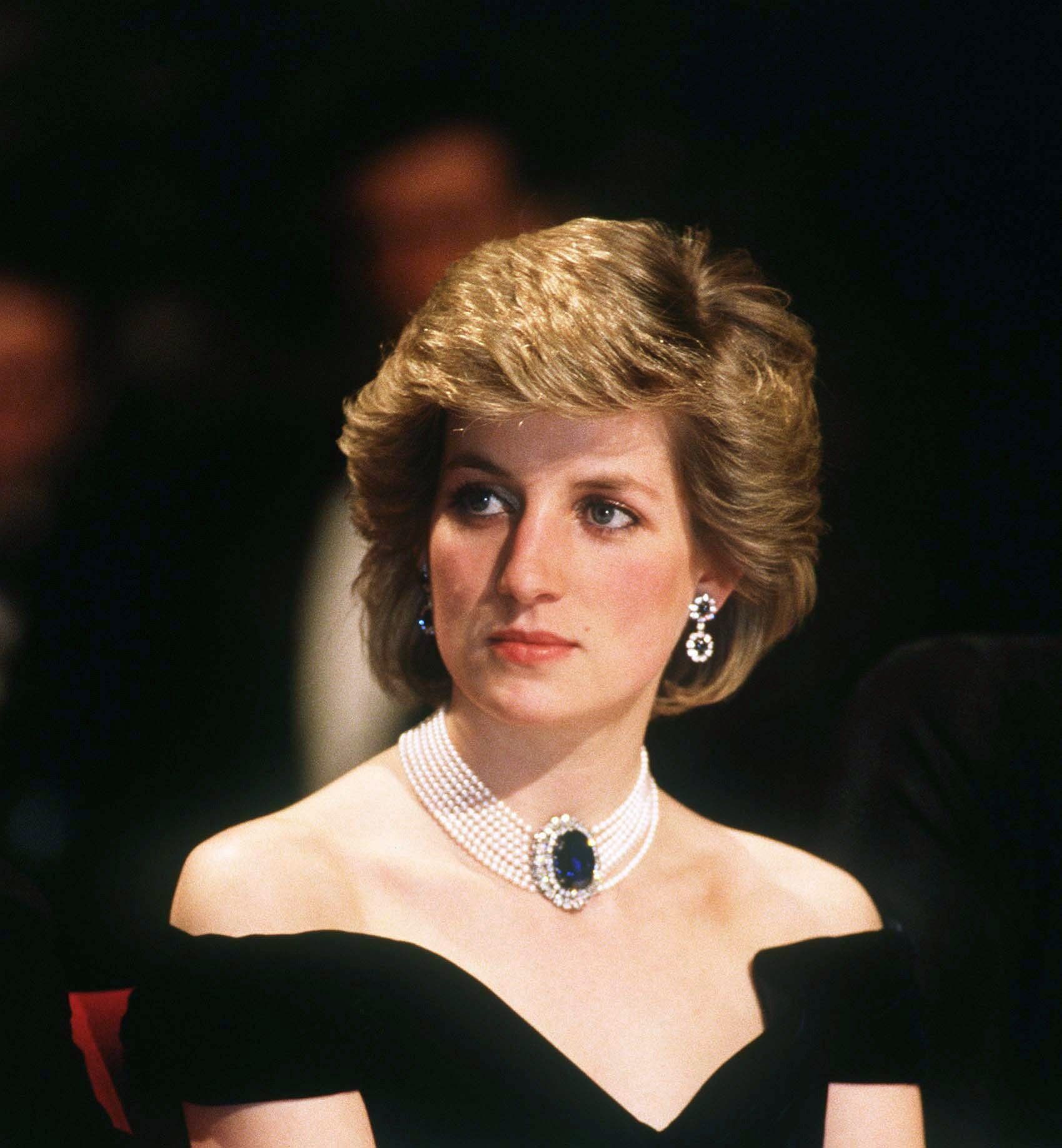 Diana, Princess of Wales, wearing a sapphire diamond and pearl necklace, attends a banquet on April 16, 1986, in Vienna, Austria. | Source: Getty Images.