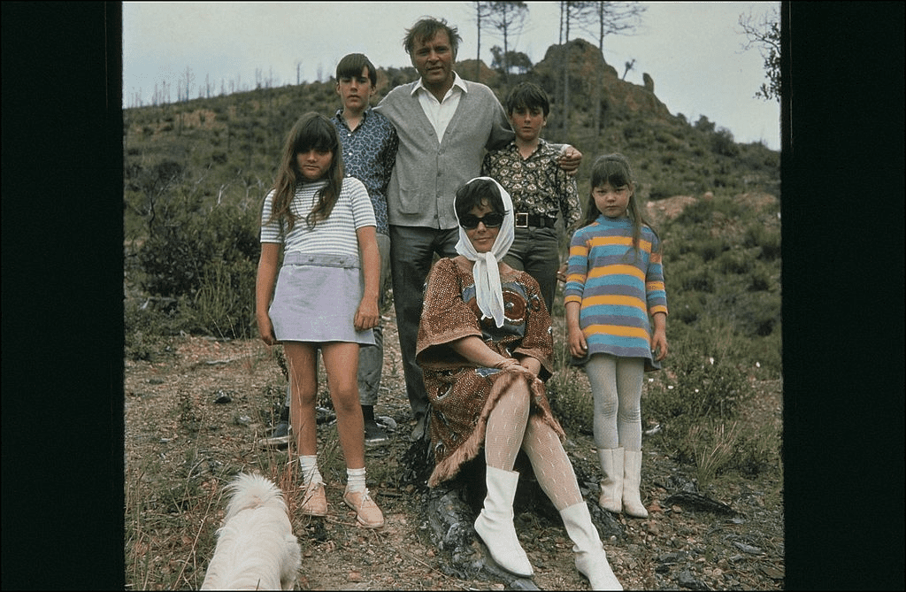 Elizabeth Taylor et Richard Burton, avec les enfants Michael Wilding, Chistopher Wilding, Elisabeth Todd et Maria Burton en 1967. | Photo : Getty Images