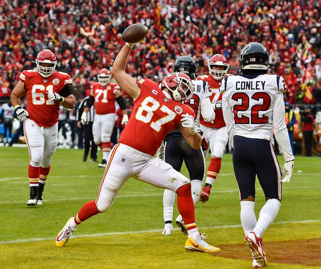 Kansas City Chiefs tight end Travis Kelce spikes the ball after scoring his first touchdown of the second quarter against the Houston Texans Sunday, Jan. 12, 2020 | Photo: Getty Images