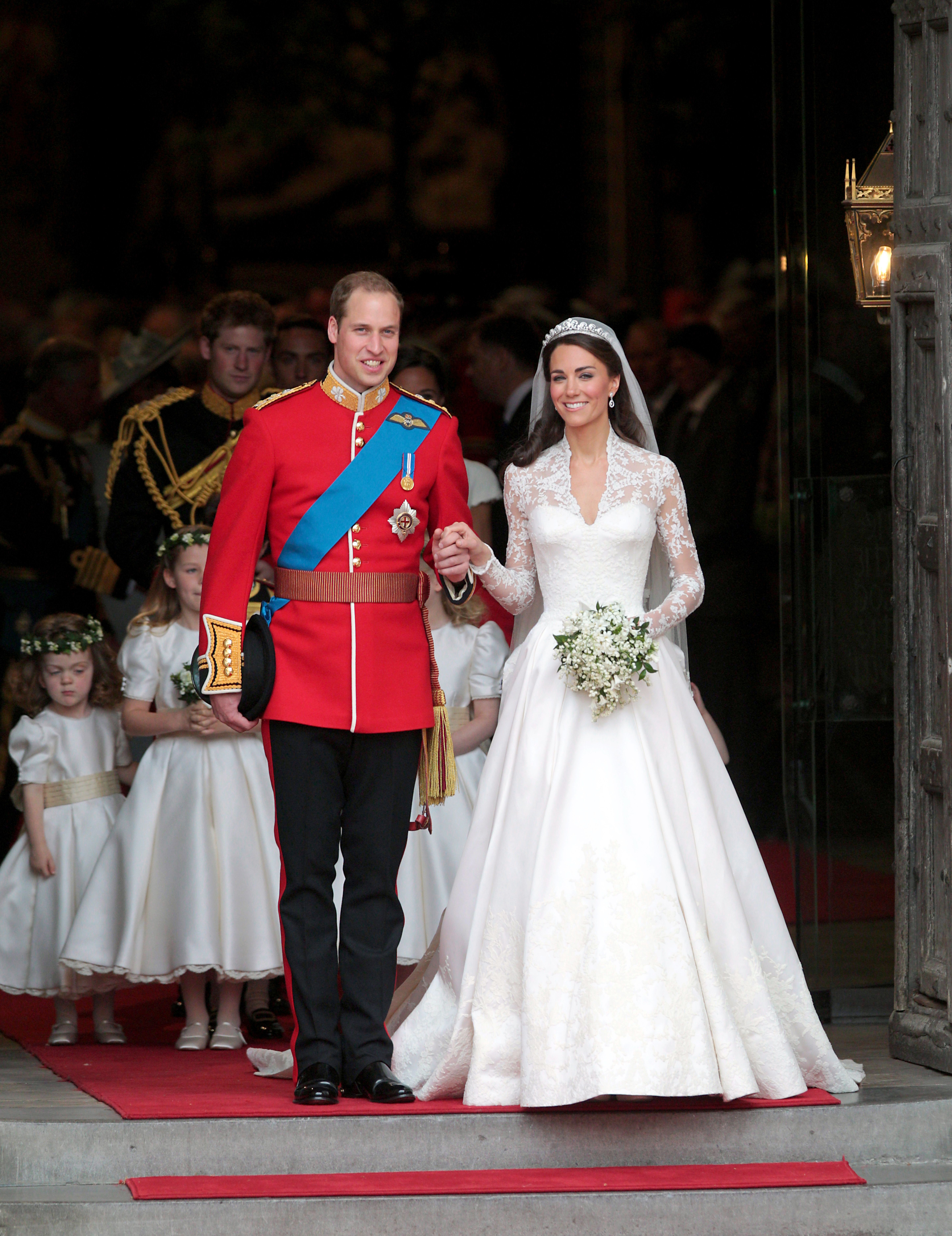 Prince William and his wife Kate Middleton emerge from Westminster Abbey after the wedding ceremony on  April 29, 2011 | Photo: Getty Images