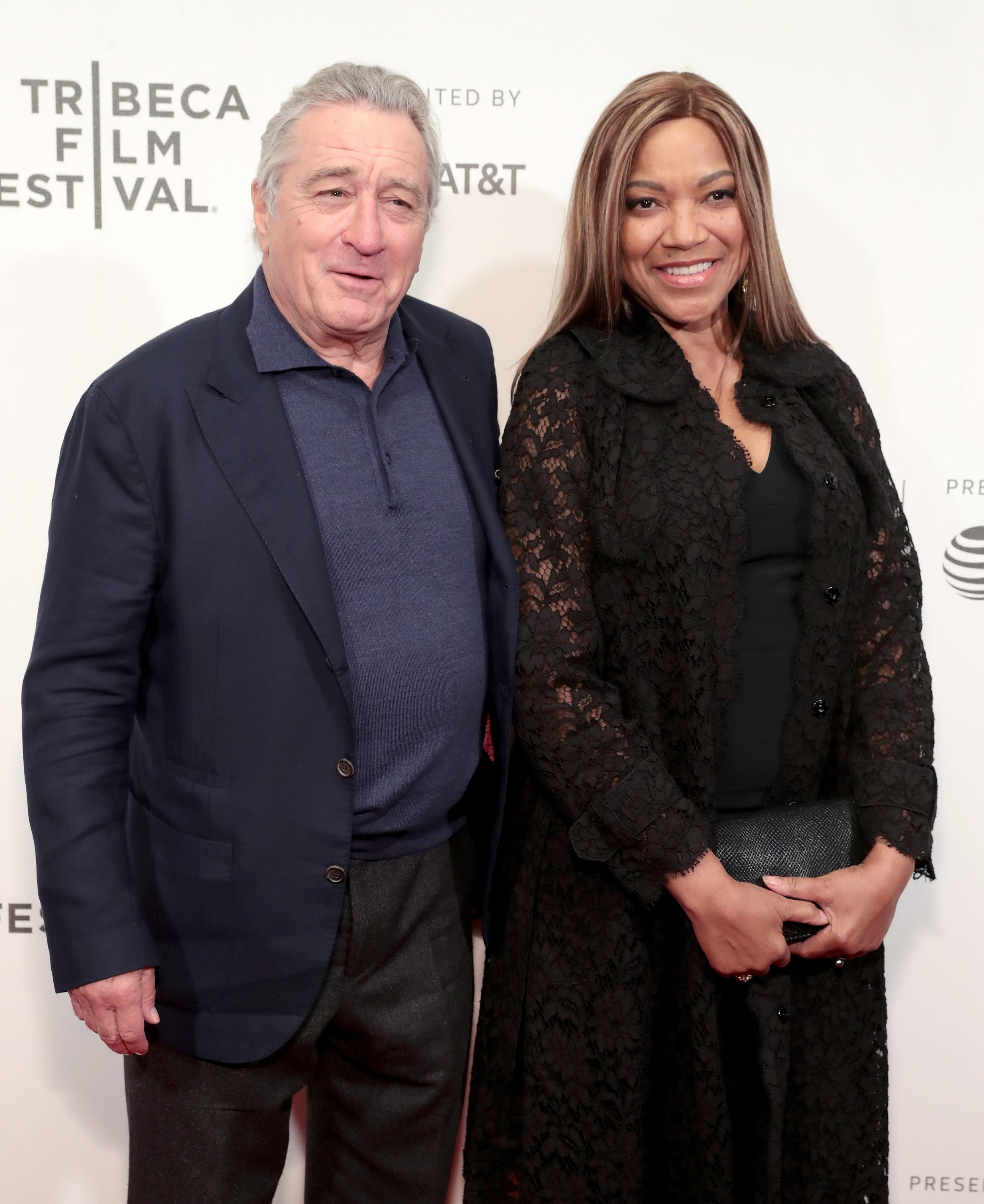 Roberto De Niro and Grace Hightower posing for a picture | Photo: Getty Images