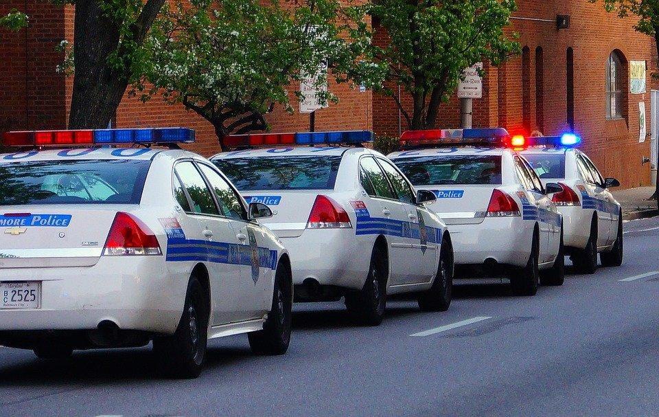 Voiture de policier alignée dans la rue | Photo : Pixabay