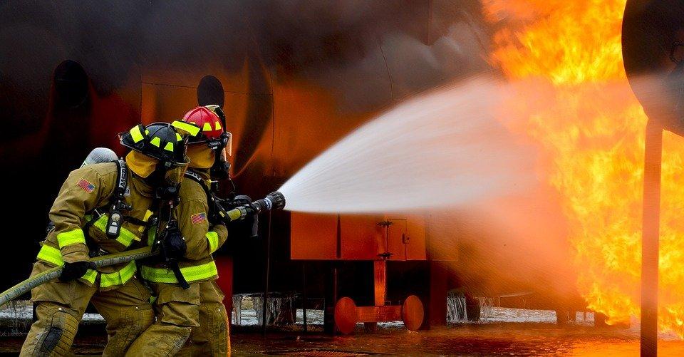 Cuerpo de bomberos combatiendo un incendio. | Imagen: Pixabay