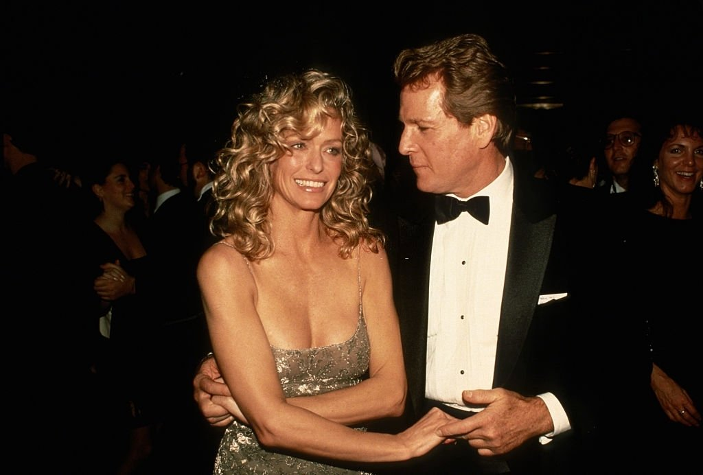 "NEW YORK, NY - VERS 1989 : Farrah Fawcett et Ryan O'Neal assistent à la première de ""Chances Are"" vers 1989 à New York. 