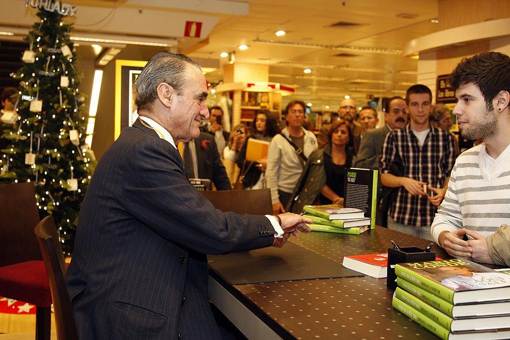 Mario Conde saluda a un fan mientras le firma un autógrafo.| Fuente: Getty Images