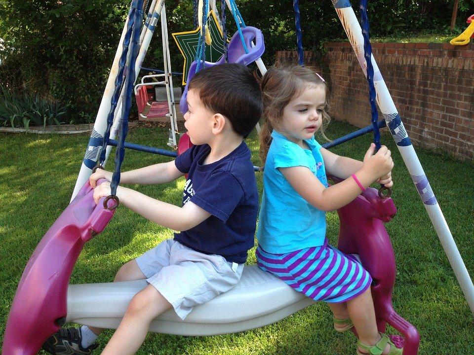 Deux enfants jouant à la balançoire. | Photo : Pixabay