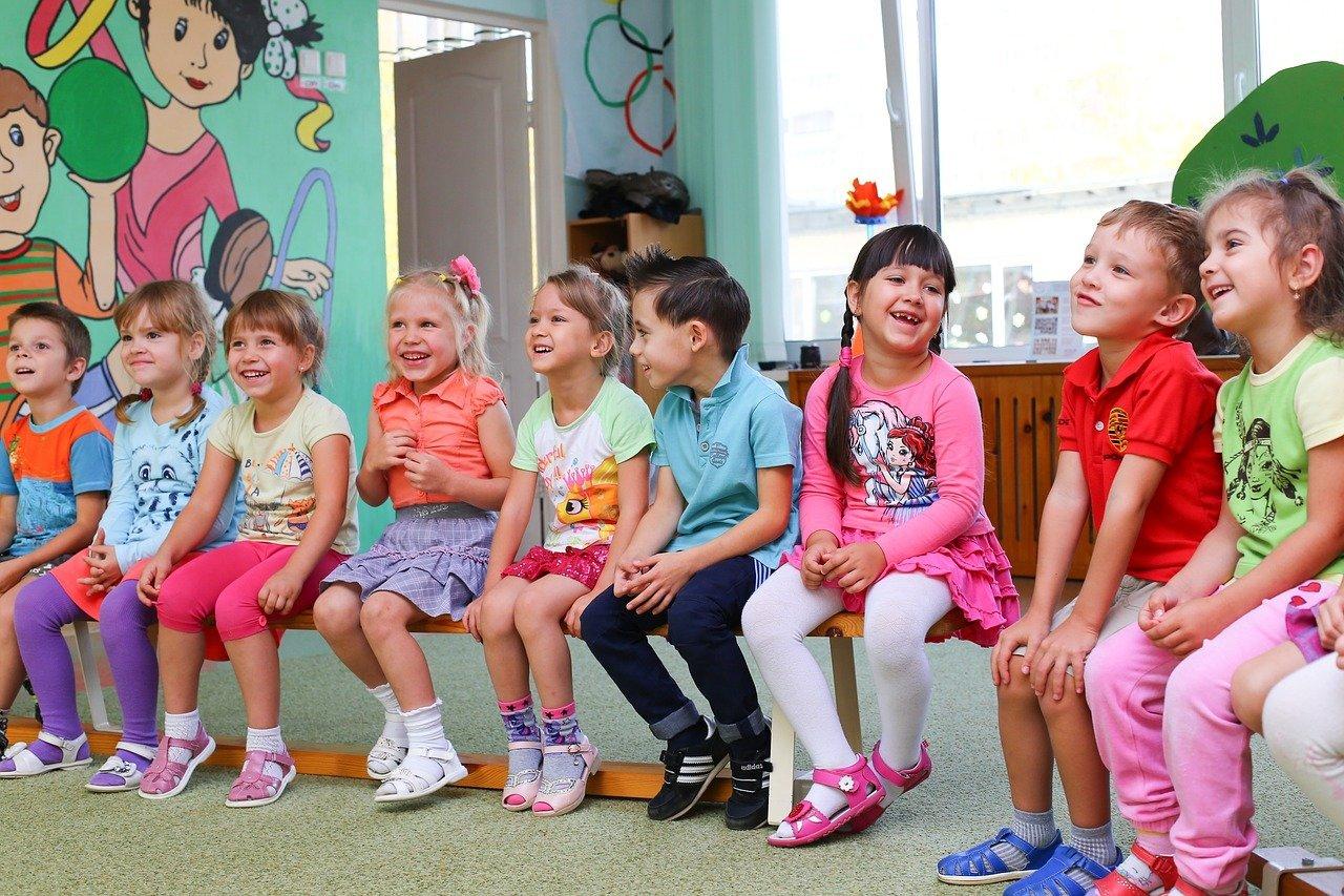 Un groupe d'enfants assis sur un banc dans une classe de la maternelle   Image: Pixabay