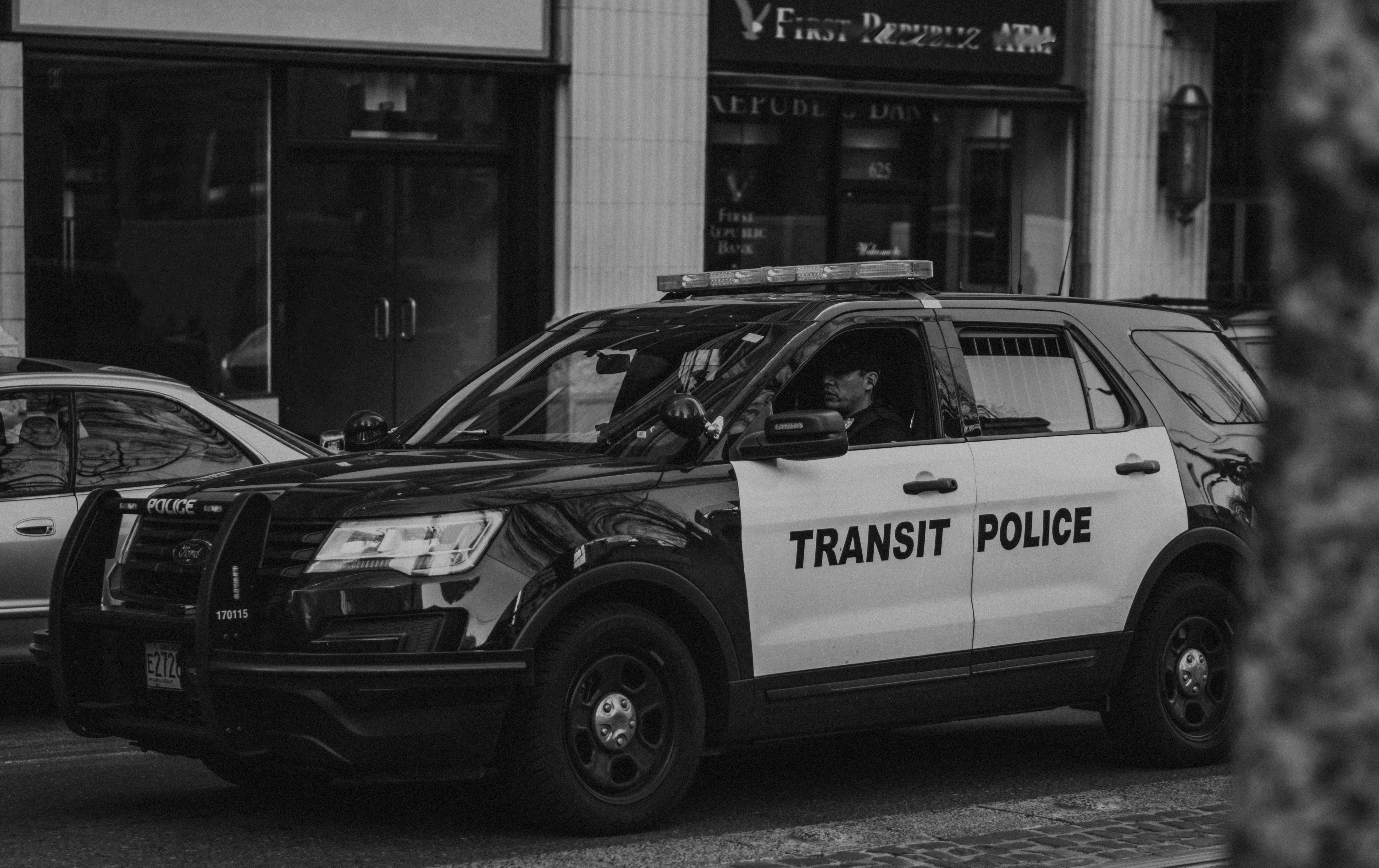 Photo of a police vehicle in black and white. | Source: Pexels/ NATASHA LOIS