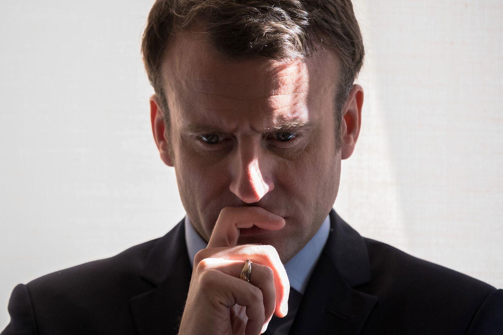Emmanuel Macron entrain de réfléchir. | Photo: Gettyimage