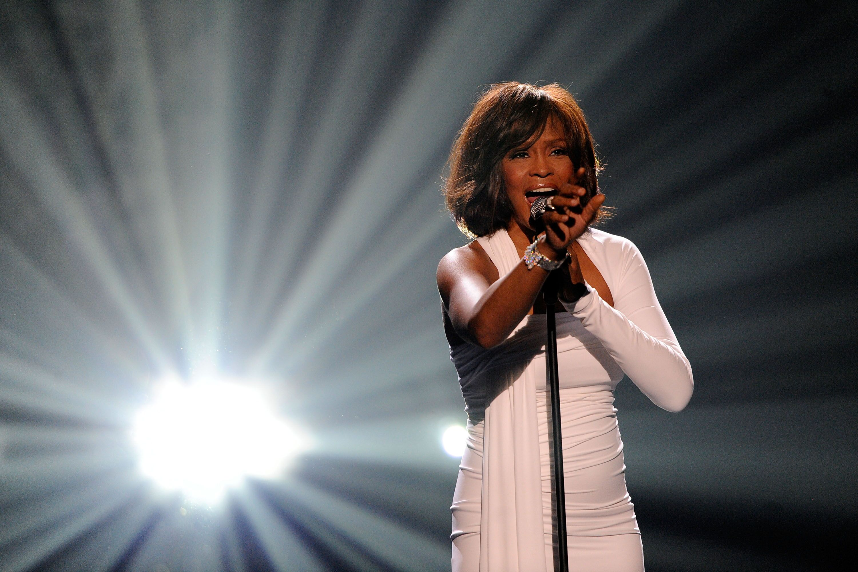 "Whitney Houston singing ""I Will Always Love You"" in 1992 / Source: Getty Images"