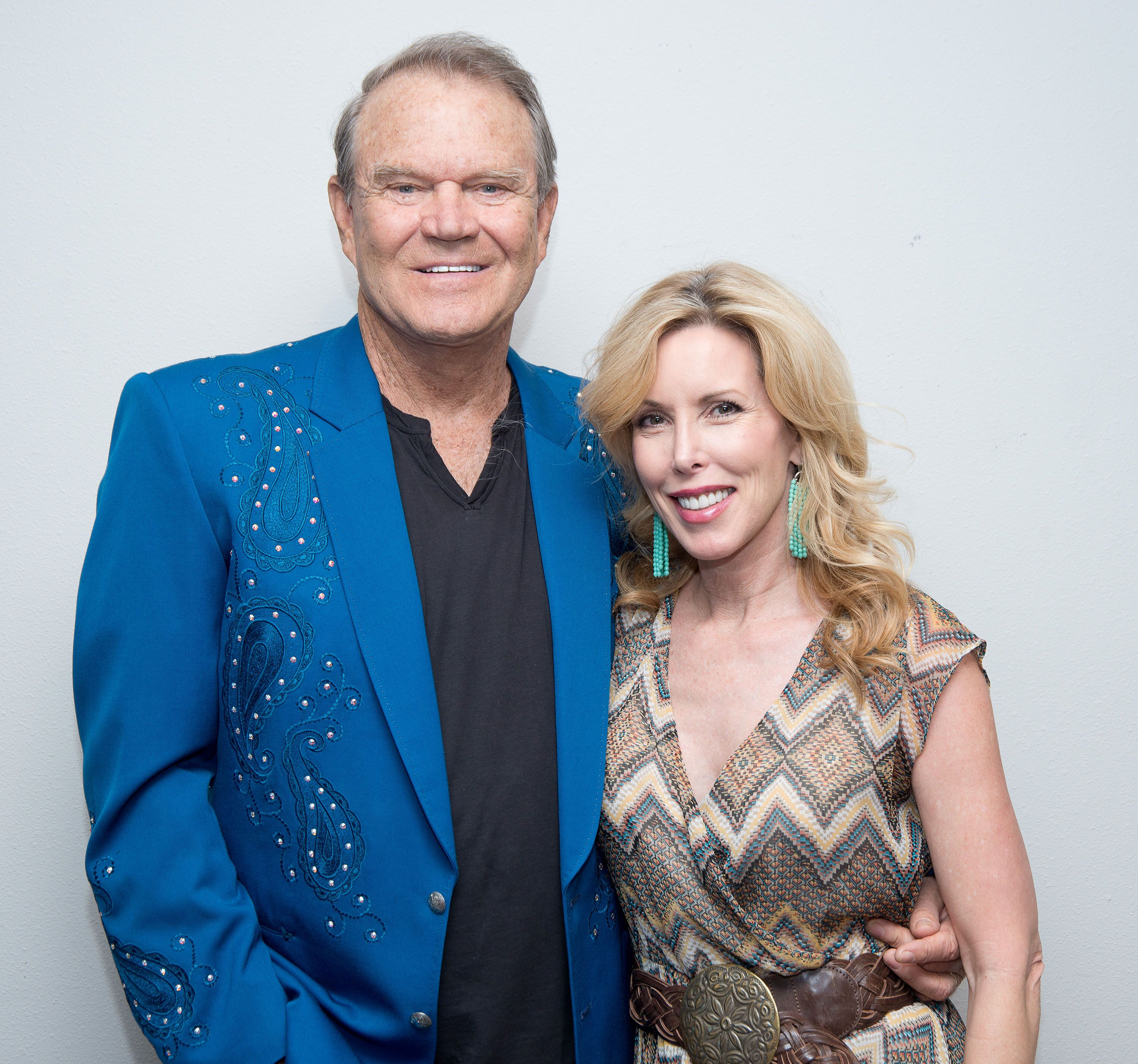 Glen Campbell poses backstage with his wife Kim following his Goodbye Tour performance at Route 66 Casino's Legends Theater on July 29, 2012 | Photo: Getty Images