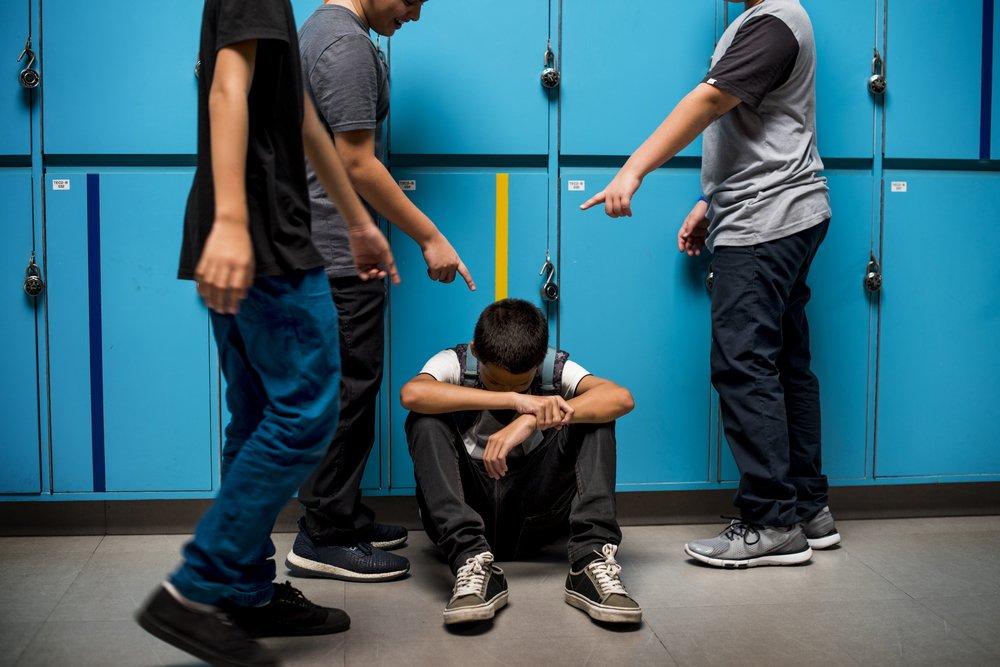 Niños acosando a otro en la escuela. | Foto: Shutterstock