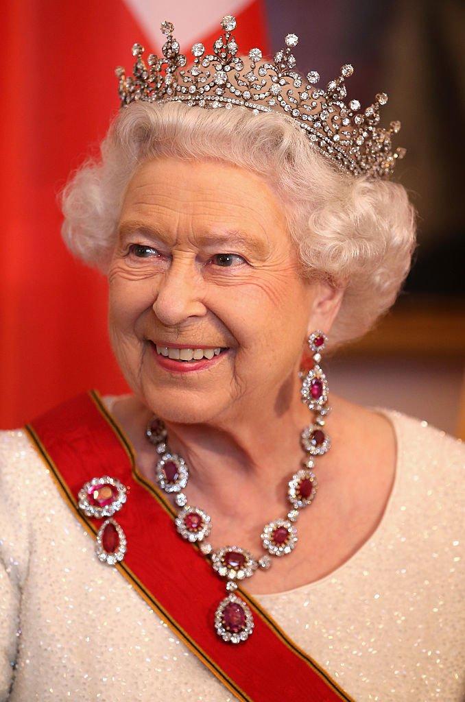 La reine Elizabeth II rencontre des invités lors d'un banquet d'État au château de Bellevue, à Berlin, Allemagne. | Photo : Getty Images