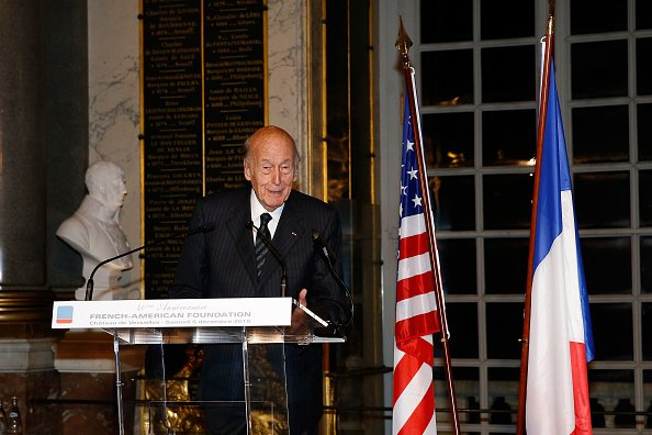 "Valery Giscard d'Estaing s'exprime lors du dîner de gala ""France-USA"" au Château de Versailles. 
