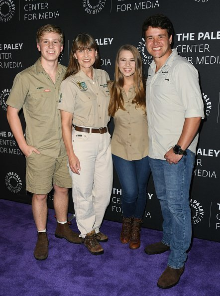 """Robert Irwin, Terri Irwin, Bindi Irwin und Chandler Powell, The Paley Center For Media Presents: An Evening With The Irwins: """"Crikey! It's The Irwins"""" Screening And Conversation, 2019   Quelle: Getty Images"""