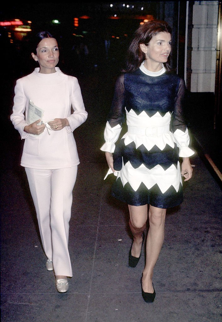 Lee Radziwill and Jackie Onassis at the Alvin Theatre in New York City, New York in 1970. | Source: Getty Images