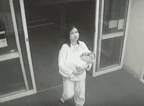 Jessica Boatwright als Baby mit ihrer Mutter im Krankenhaus (CCTV). | Quelle: YouTube/ A Current Affair