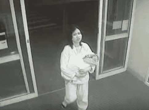 Jessica Boatwright als Baby mit ihrer Mutter im Krankenhaus (CCTV). | Quelle: YouTube/ A Current Affair