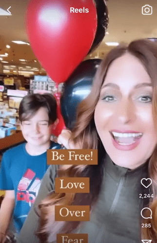 Jodie Meschuk and her son Lincoln leaving the grocery store   Photo: Reddit.com/PenultimateKetchup
