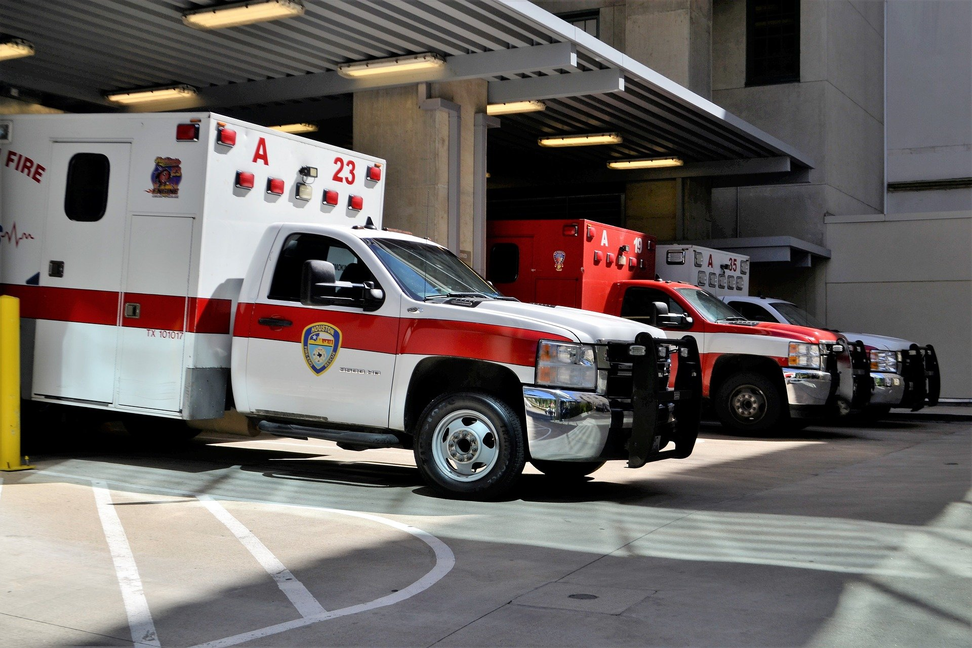 A picture of ambulances parked at the hospital   Source: Pixabay