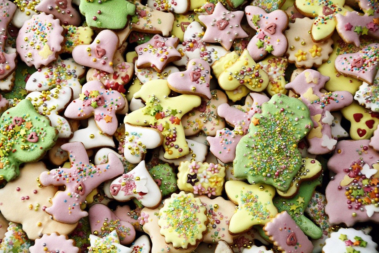 Colorful cookies in different shapes and sizes decorated with colorful sprinkles | Photo: Pixabay/anncapictures