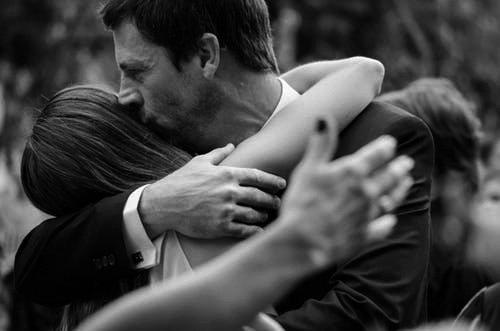 Une fille adulte qui embrasse son père | Photo: Pexels