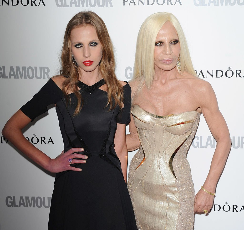 Allegra y Donatella Versace asisten a los premios Glamour Women of the Year el 29 de mayo de 2012. | Foto: Getty Images