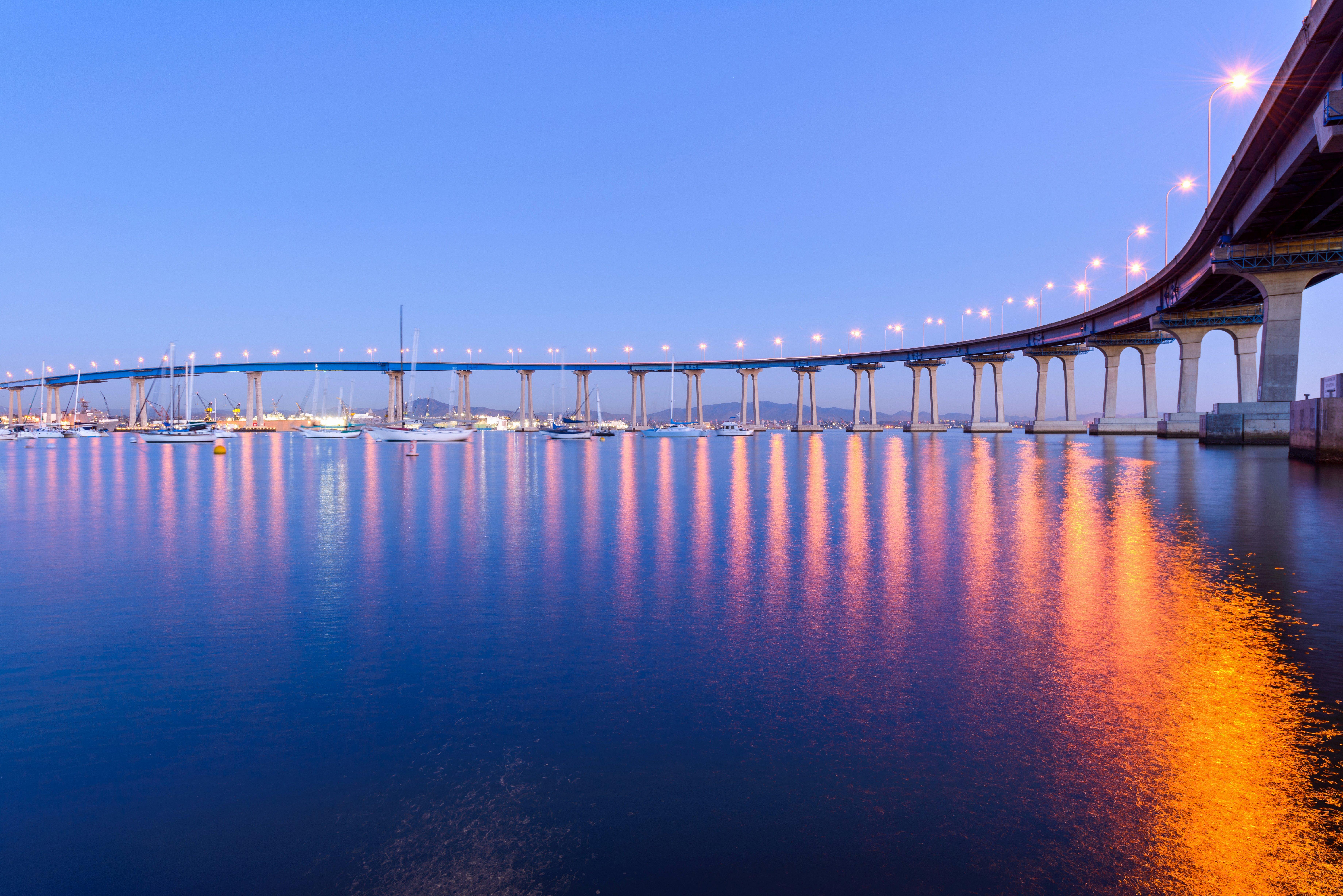Una vista de la oscuridad del primer plano del puente de Coronado, que serpentea sobre la tranquila bahía de San Diego, en San Diego, California, EE. UU. Fuente: Shutterstock