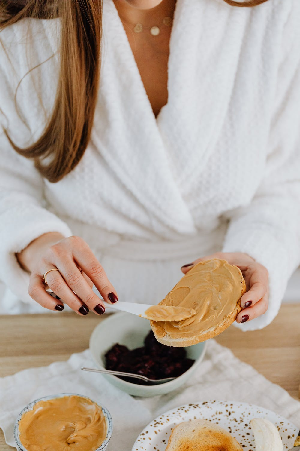 Bess made Joey peanut butter and salami sandwiches | Source: Pexels