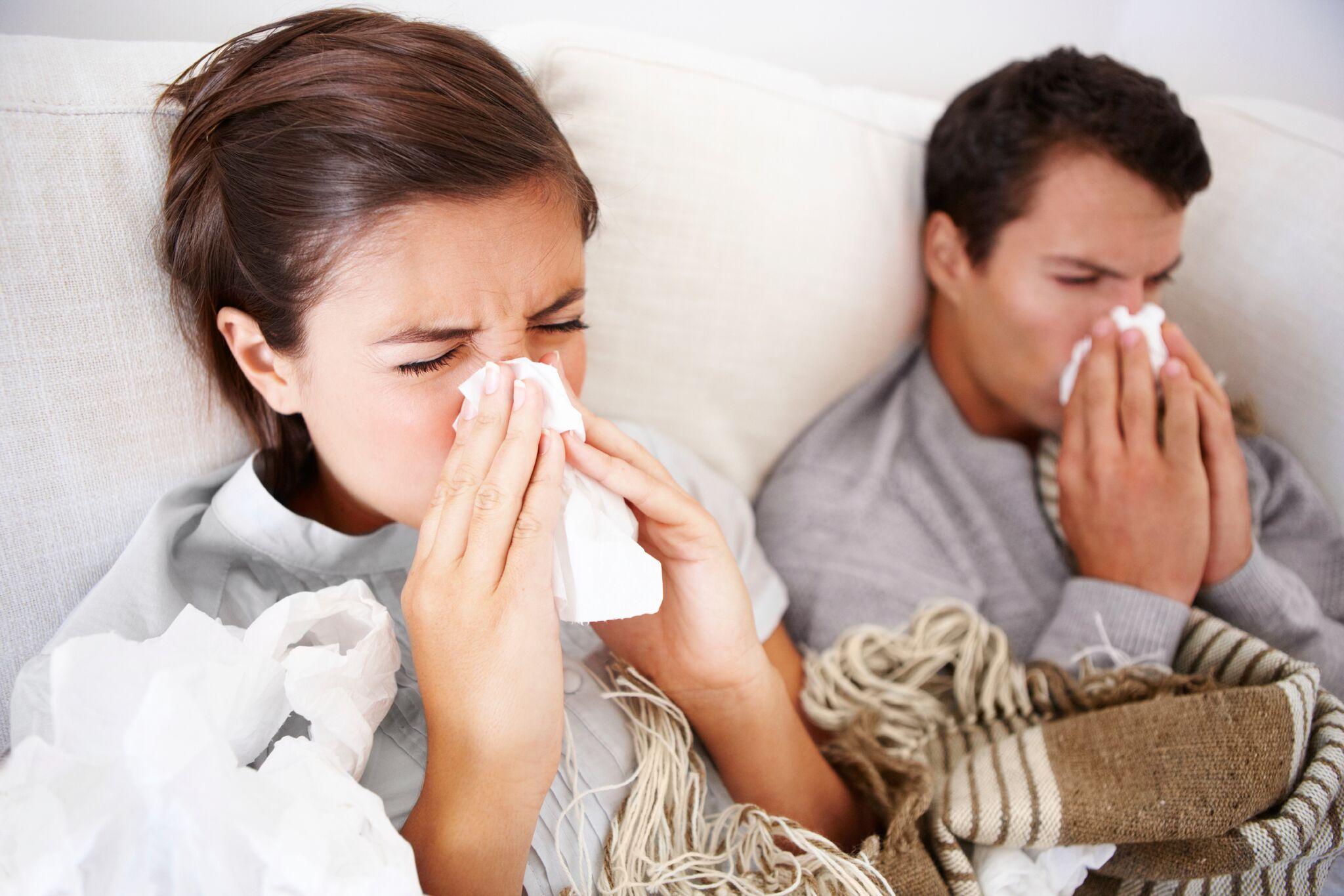 Une fille et son père souffrant de la grippe. l Source: Getty Images
