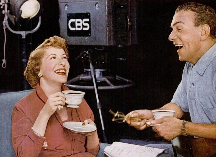 George Burns and Gracie Allen in a 1953 coffe ad. | Source: Wikimedia Commons