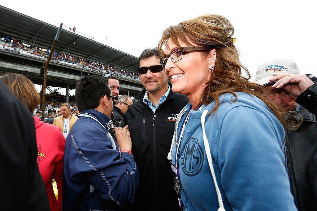 Sarah Palin and her husband, Todd, walk through pit road during the IZOD IndyCar Series 97th running of the Indianpolis on May 26, 2013. | Photo: Getty Images