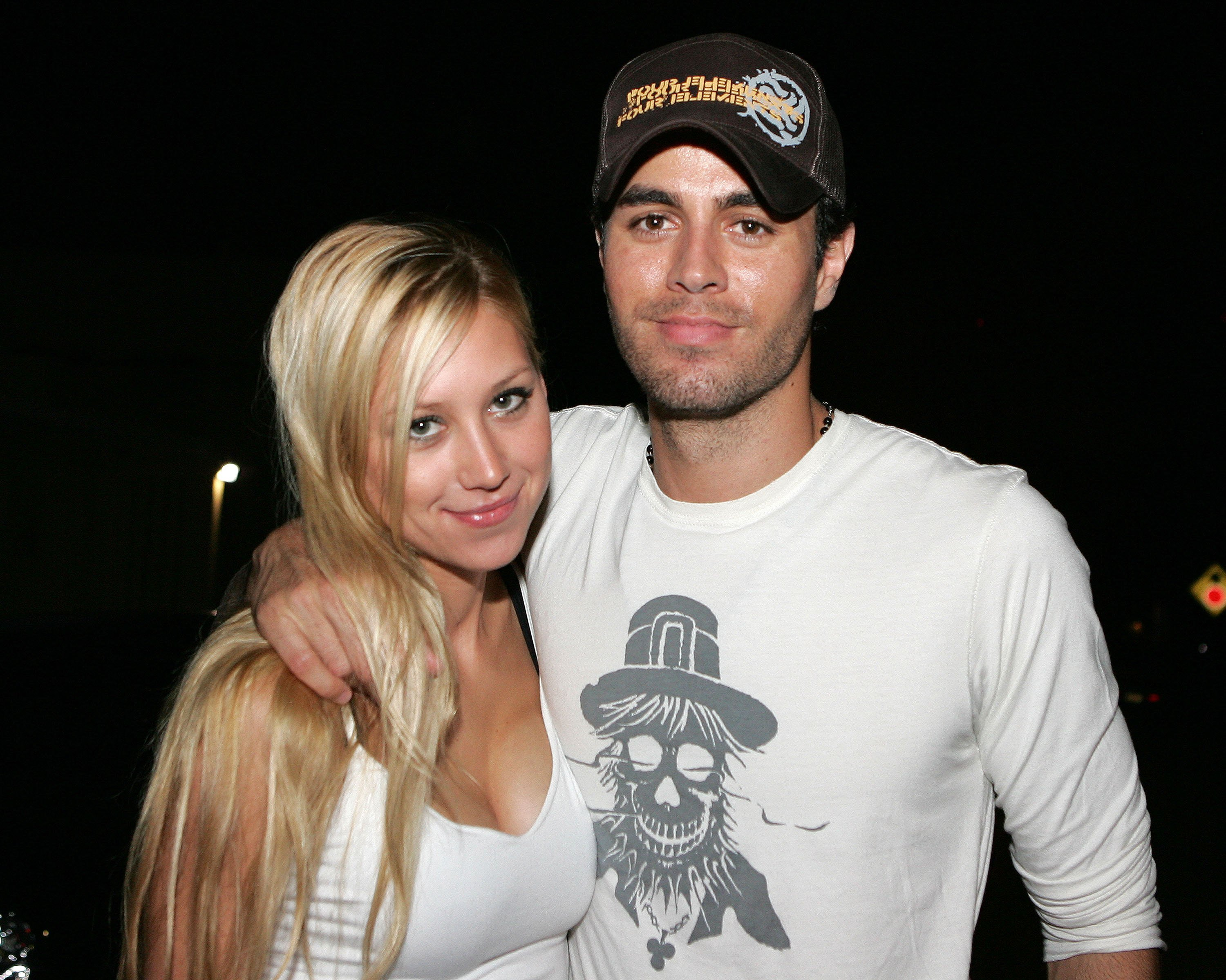 Anna Kournikova and singer Enrique Iglesias leave Big Pink restaurant on June 16, 2006, in Miami, Florida. | Source: Getty Images.