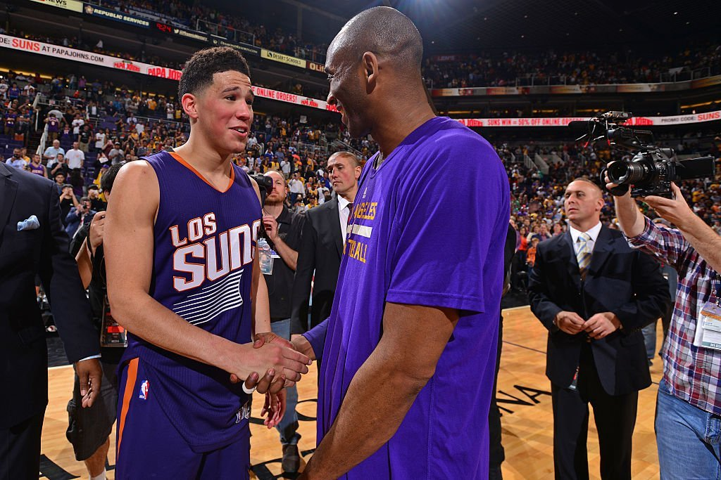 Devin Booker #1 of the Phoenix Suns shakes hands with Kobe Bryant #24 of the Los Angeles Lakers after the game at Talking Stick Resort Arena on March 23, 2016 | Photo: Getty Images