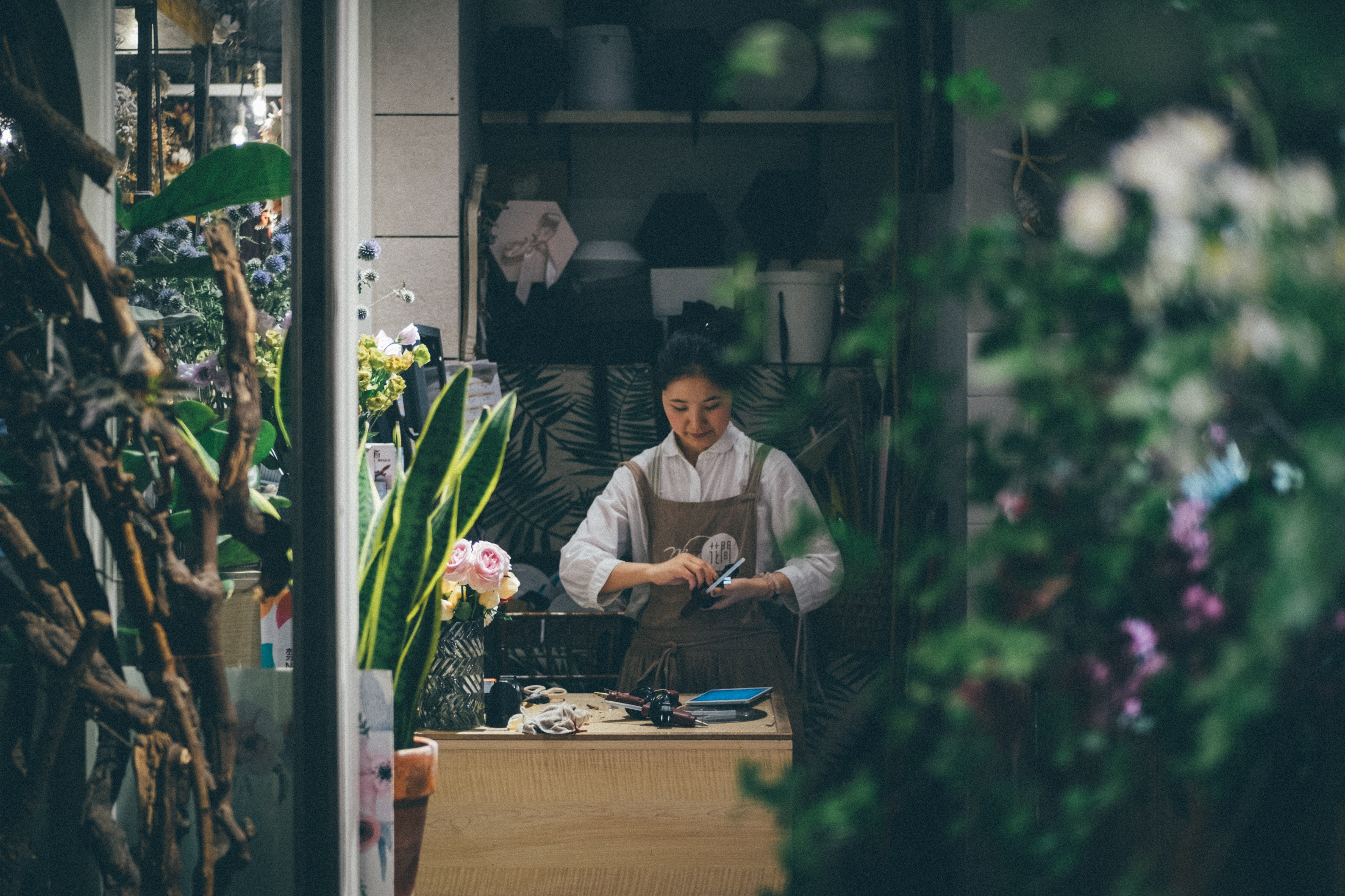 A florist working in her shop | Source: Unsplash.com