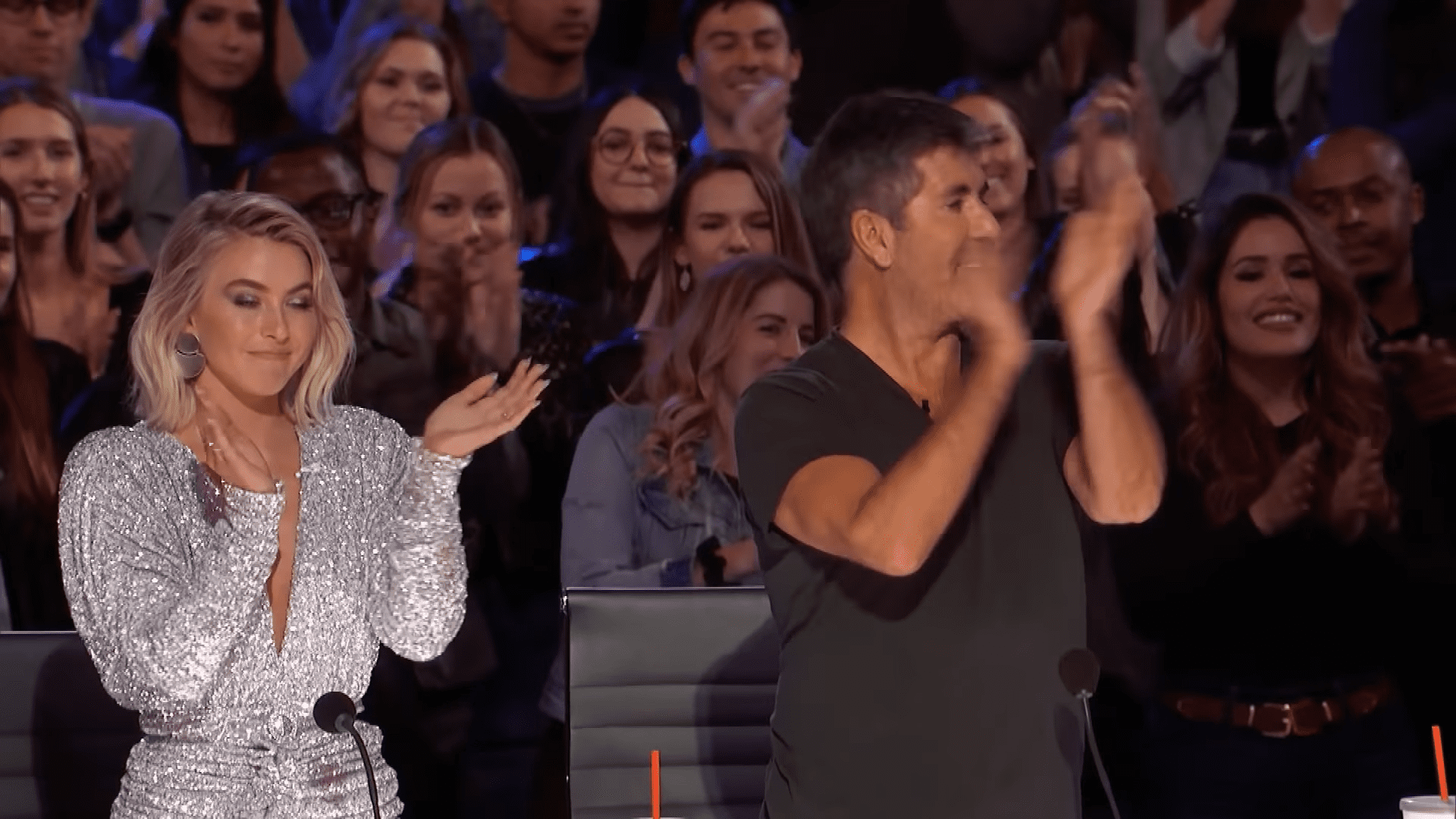 El jurado aplaudiendo de pie a Kodi │Imagen tomada de: YouTube / America's Got Talent