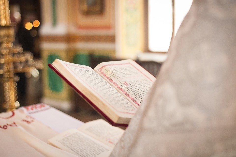 Sacerdote celebrando una misa con la Biblia en su mano. | Imagen: Pixabay
