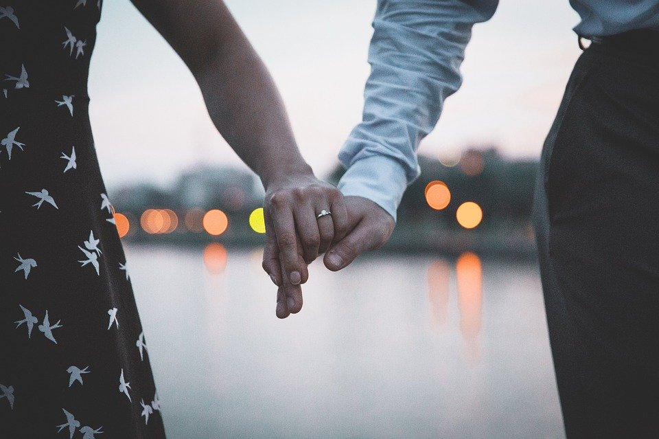 Man and woman holding hands.  Photo: Pixabay
