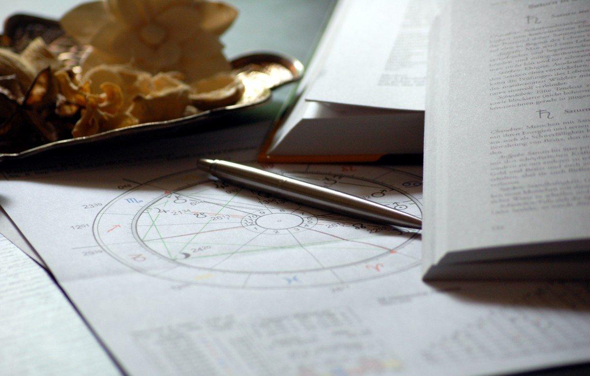 Documentos y tablas de astrología. | Imagen: PxHere