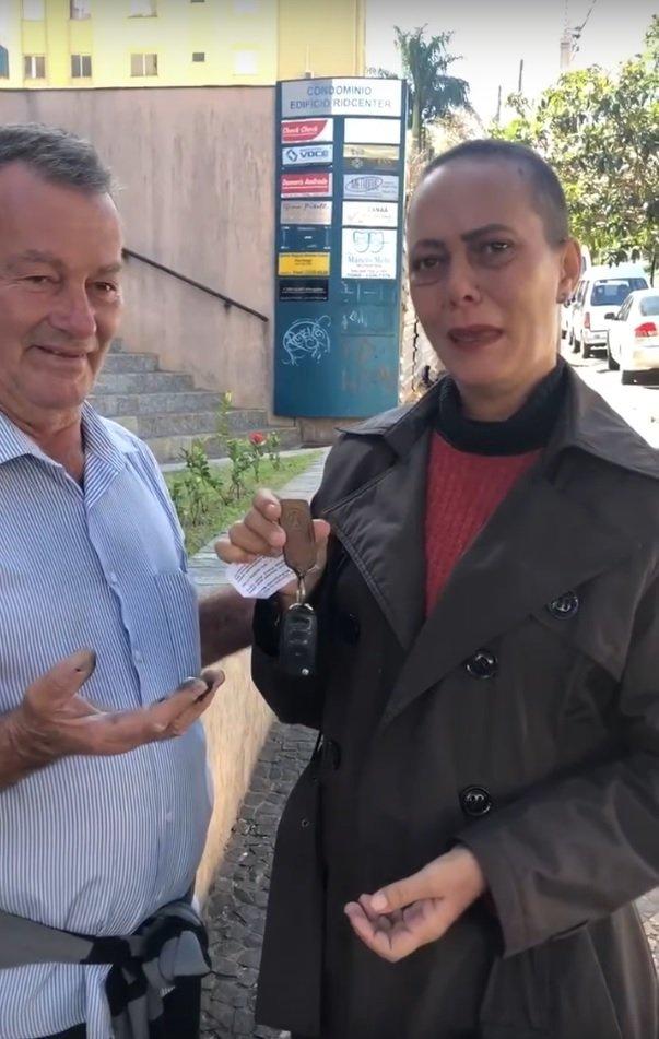 Margarete Mormul pronunciando palabras de agradecimiento a Celio Pereira.   Imagen: YouTube/Portal Pérola