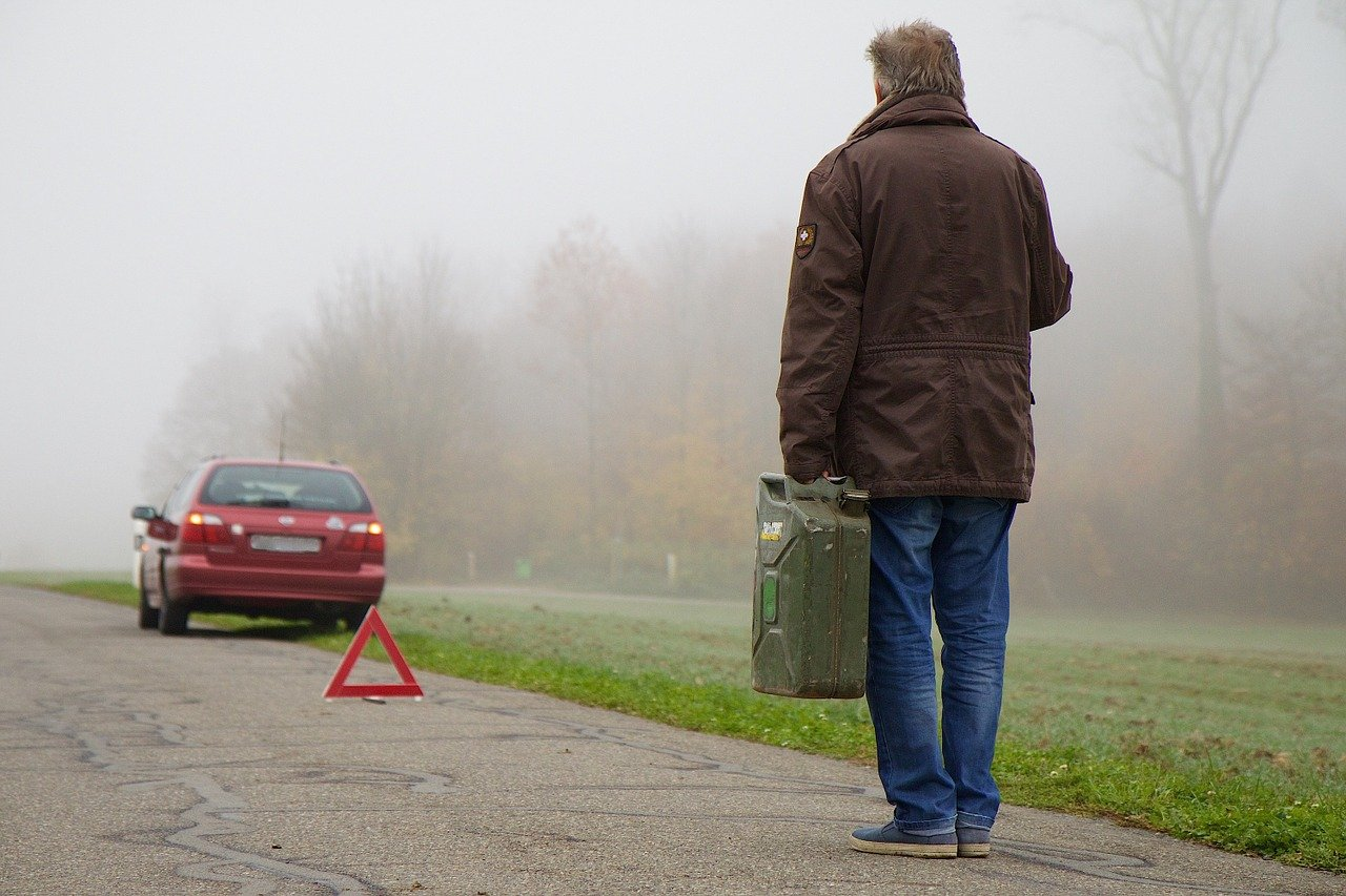 Man walking towards a faulty car with a jerry-can in his hand | Photo: Pixabay